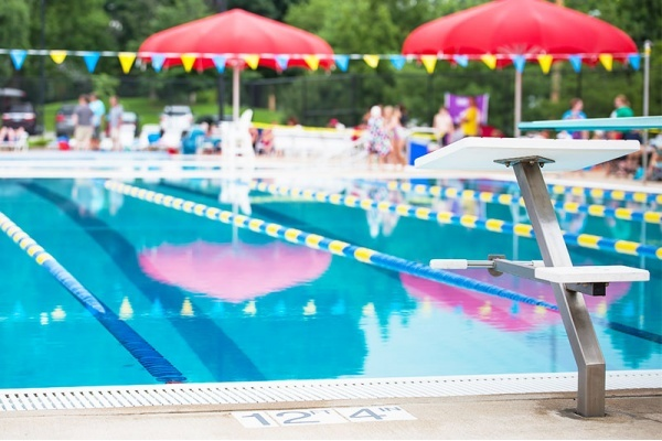 8 Chicago Suburbs with Outdoor Pools Perfect for Summertime